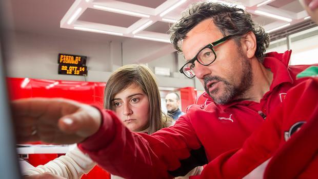 Luca Baldisserri, con la joven piloto española Marta Ariza