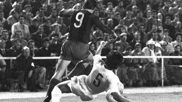 Goyo Benito y Johan Cruyff, en una acción del Madrid-Barça de 1974