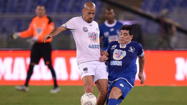 Verón y Maradona, durante el partido jugado en Roma