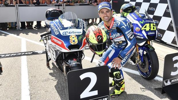 Héctor Barberá, frente a su Ducati habitual del equipo Avintia