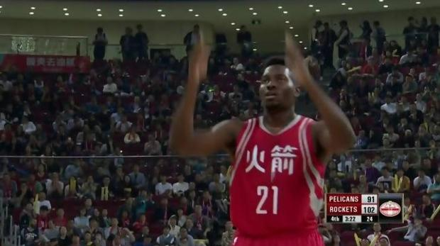 NBA:  Onuaku, el pivot de los Houston Rockets que lanza los tiros libres a cuchara