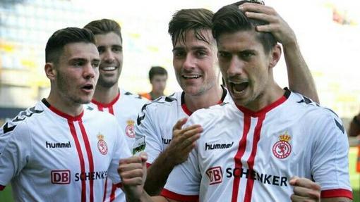 Los jugadores de la Cultural celebran un gol