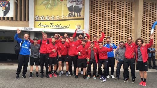 El Formentara celebra la clasificación a las puertas del estadio del Tudelano