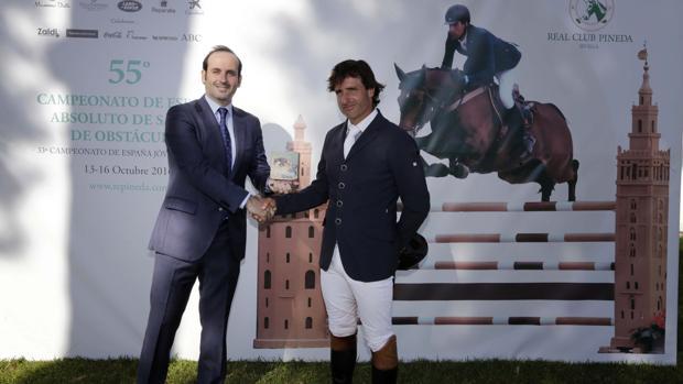 El redactor jefe de Deportes de ABC de Sevilla, Ramón Román, entrega el premio a Iván Serrano