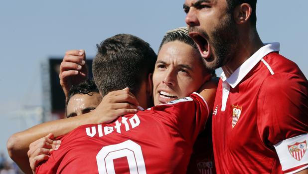 Los jugadores del Sevilla celebran el segundo gol en Butarque, marcado por Nasri