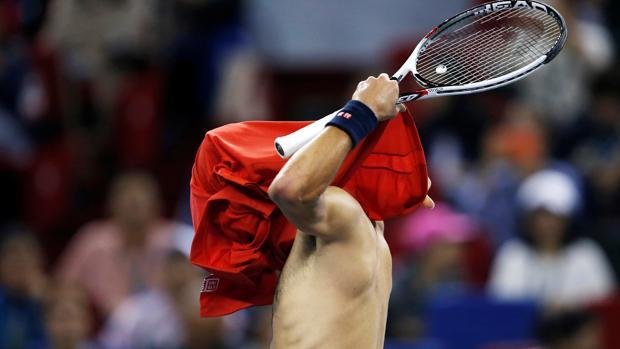 Djokovic-Bautista:  Djokovic paga su frustración con la camiseta