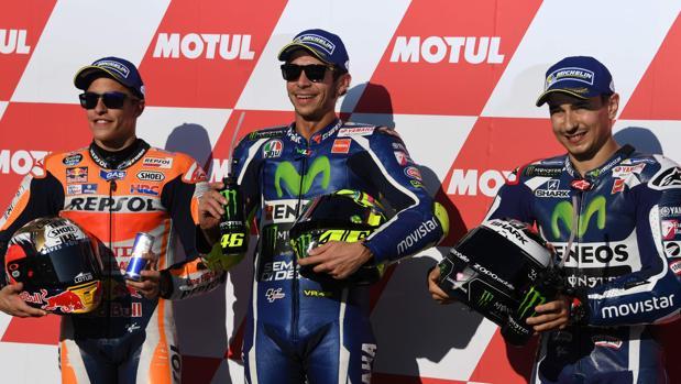 Valentino Rossi celebra la «pole» junto a Márquez y Lorenzo (izquierda)
