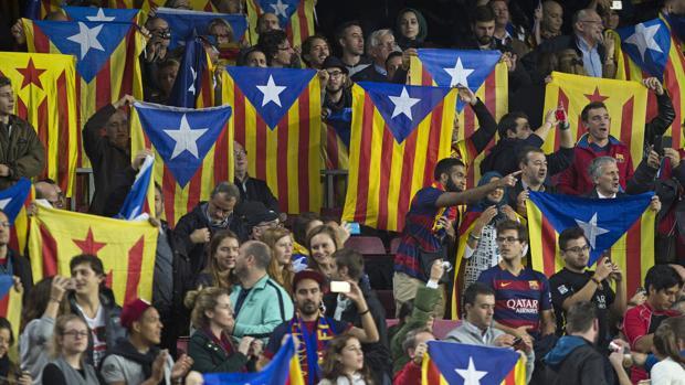 Aficionados del Barça muestra banderas esteladas en un partido en el Camp Nou