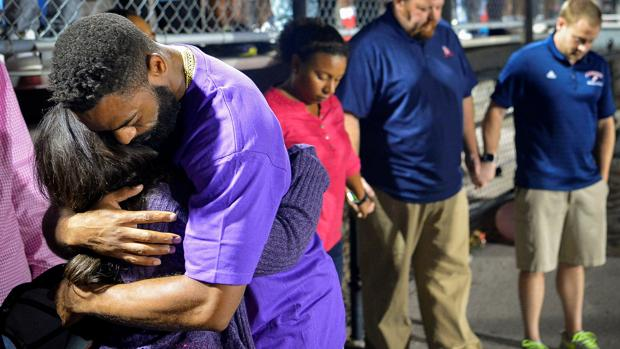 Tyson Gay se abraza a su mujer durante la vigilia en honor de su hija Trinity