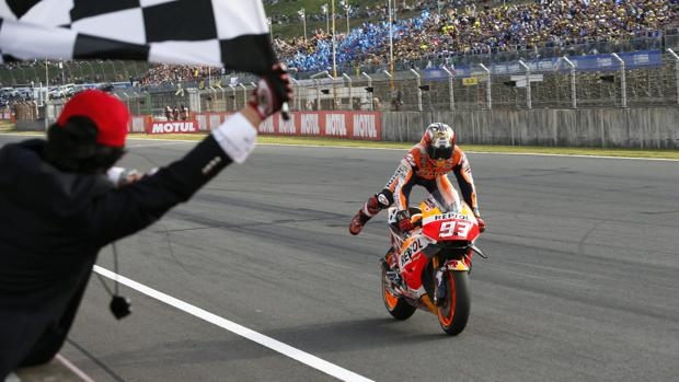 Marc Márquez entra en meta como campeón del mundo