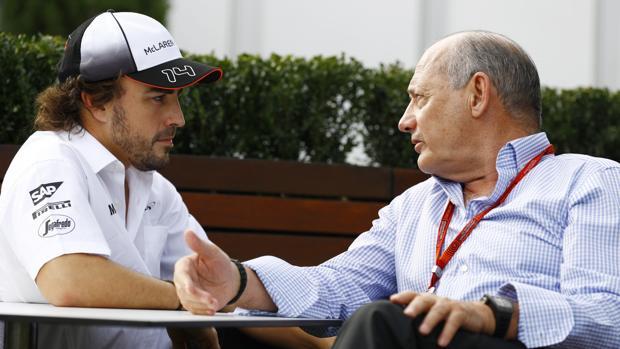 Ron Dennis charla con Fernando Alonso durante un gran premio