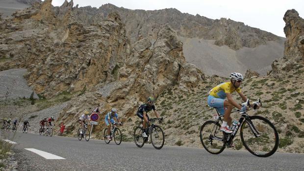 Nibali al frente en la ascensión al Izoard en el Tour 2014