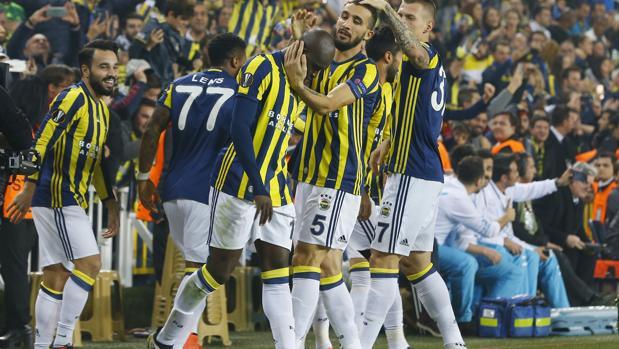 Moussa Sow, celebrando su gol junto a sus compañeros