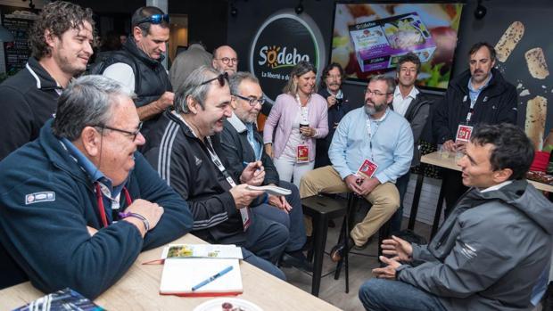Dídac Costa atiende a los 5 periodistas españoles