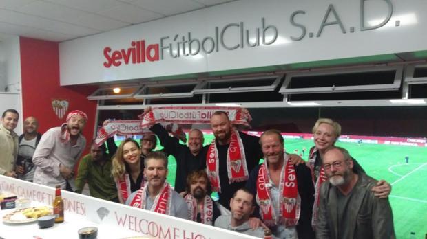El elenco de actores en el palco del Sevilla FC