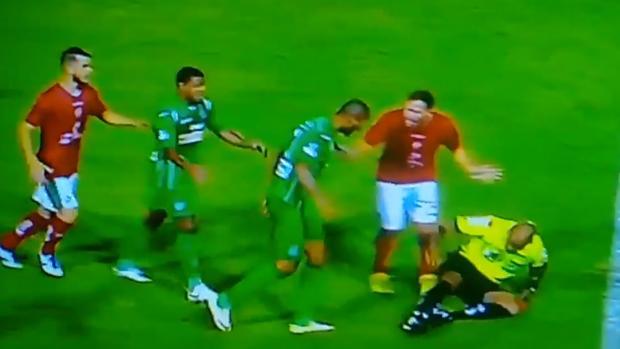 Ferreira, después de derribar de un empujón al árbitro