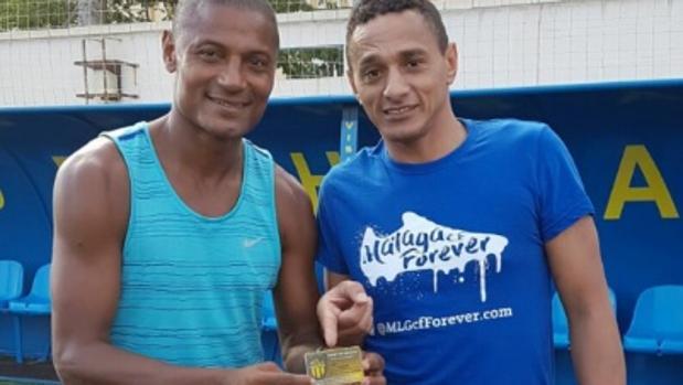 Catanha, a la izquierda, este verano con el carnet de socio del San Andrés junto a Darío Silva