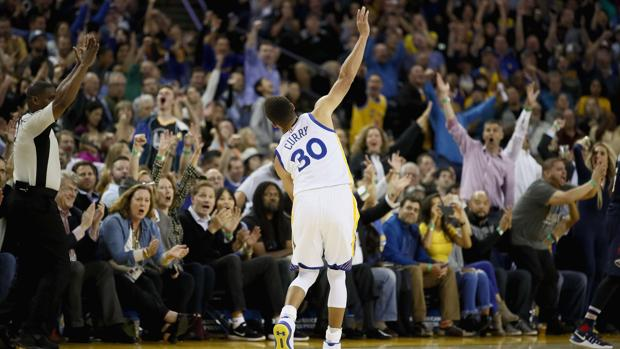 Curry desató el delirio en la grada