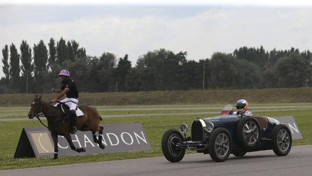 Fernando Alonso, al volante de un Bugatti