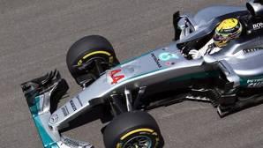 Hamilton mete presión a Rosberg