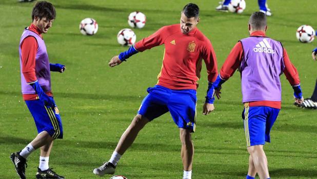 Silva, con Vitolo en un entrenamiento de la selección