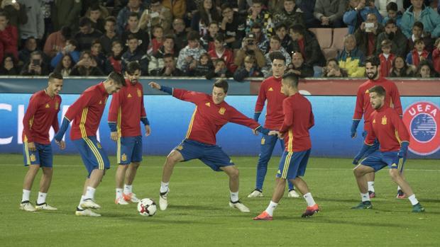 España invoca al gol en Granada