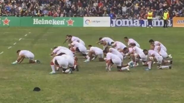 Los jugadores de Tonga haciendo la «haka»