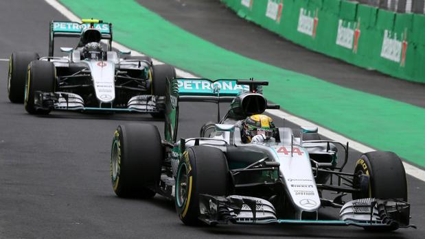 Hamilton hace sudar a Rosberg