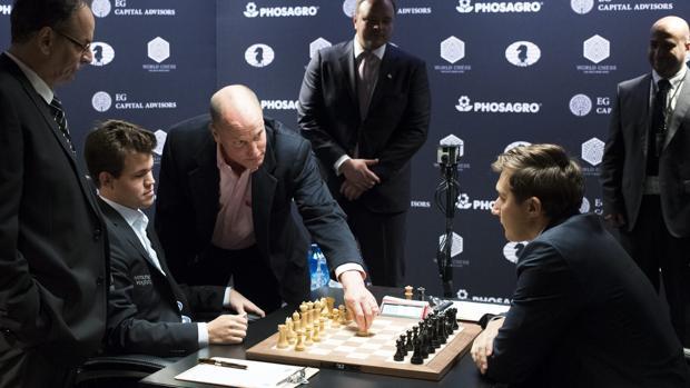 Carlsen y Karjakin firman tablas en la primera partida del Mundial