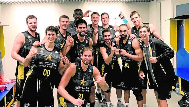 Los jugadores del Iberostar Tenerife, tras un triunfo esta temporada