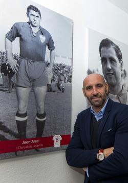 Monchi, junto a la imagen de Juan Arza, una leyenda del Sevilla