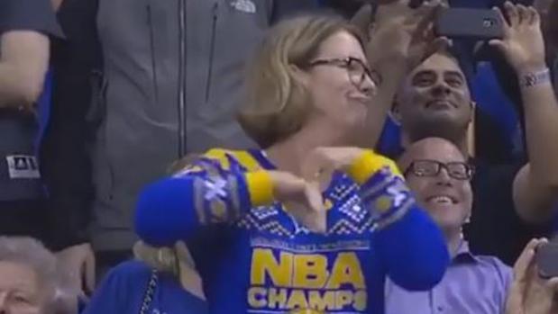 NBA:  El baile viral de una apasionada fan de los Warriors