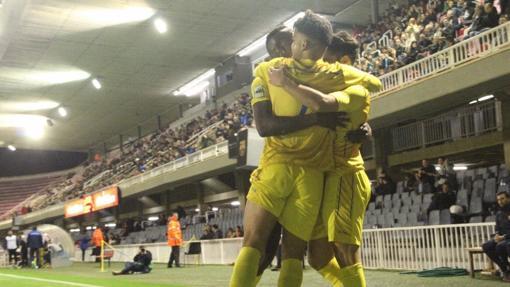 Los jugadores del Badalona celebran un gol en el Mini Estadi