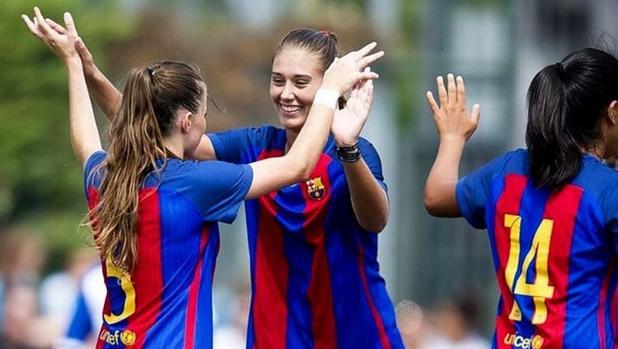Las jugadoras del Barcelona celebran el gol de Olga García ante el Betis