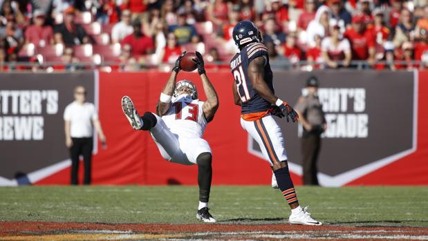 Mike Evans intercepta el balón en un partido
