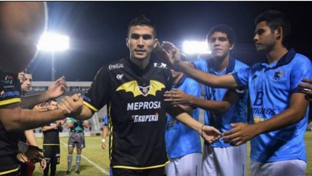 Los jugadores de ambos equipos formaron un pasillo para despedir a Orozco