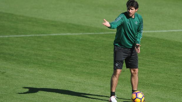 Víctor, en un entrenamiento con el Betis