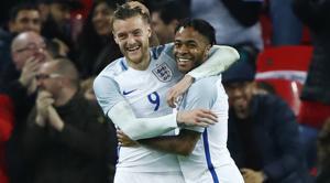 La insólita celebración de Vardy, Sterling y Walcott en el segundo gol de Inglaterra