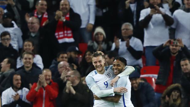 Inglaterra-España:  La insólita celebración de Vardy, Sterling y Walcott en el segundo gol de Inglaterra