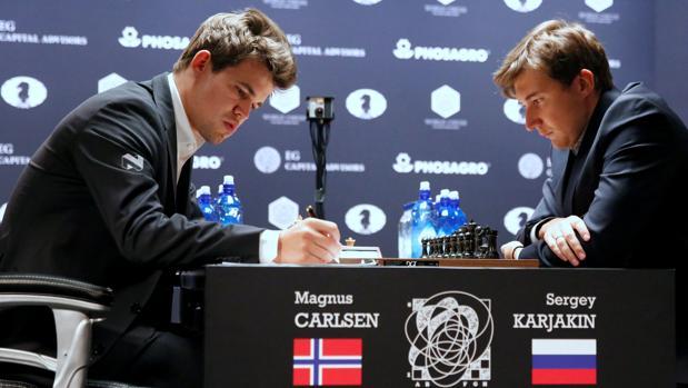 Mundial de ajedrez:  Carlsen y Karjakin ponen a prueba la paciencia del público
