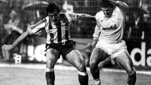 Arteche disputa un balón a Rafael Gordillo