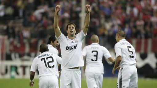 Van Nistelroy celebra su tanto en el Calderón