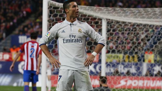 Cristiano celebra su segundo tanto posando para el fondo sur del Atlético