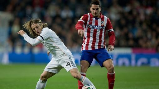 Modric y Koke pugnan por un balón