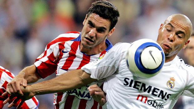 Pablo Ibáñez trata de arrebatar el balón a Ronaldo