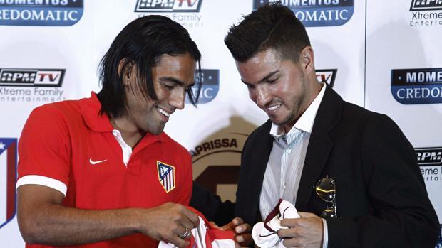 Falcao y Badilla, antes de un amistoso entre Atlético y Saprissa de 2012
