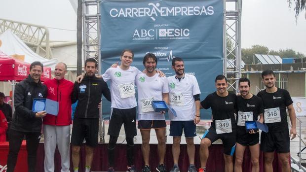 Podium de ganadores en la categoría masculina de tres personas por equipo