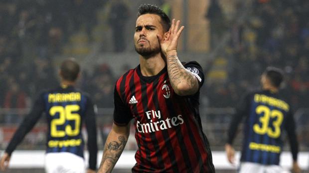 Suso celebra uno de sus goles en el derbi de Milán