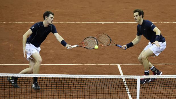 Jamie y Andy Murray, en un partido de la Davis