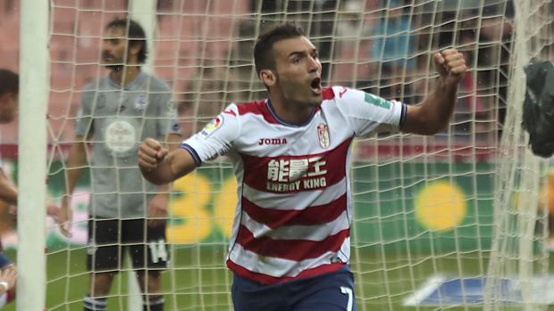 Barral celebra un gol con el Granada